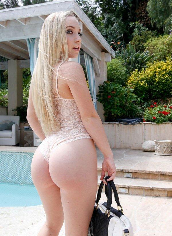 Блондинка показала большую розовую попу