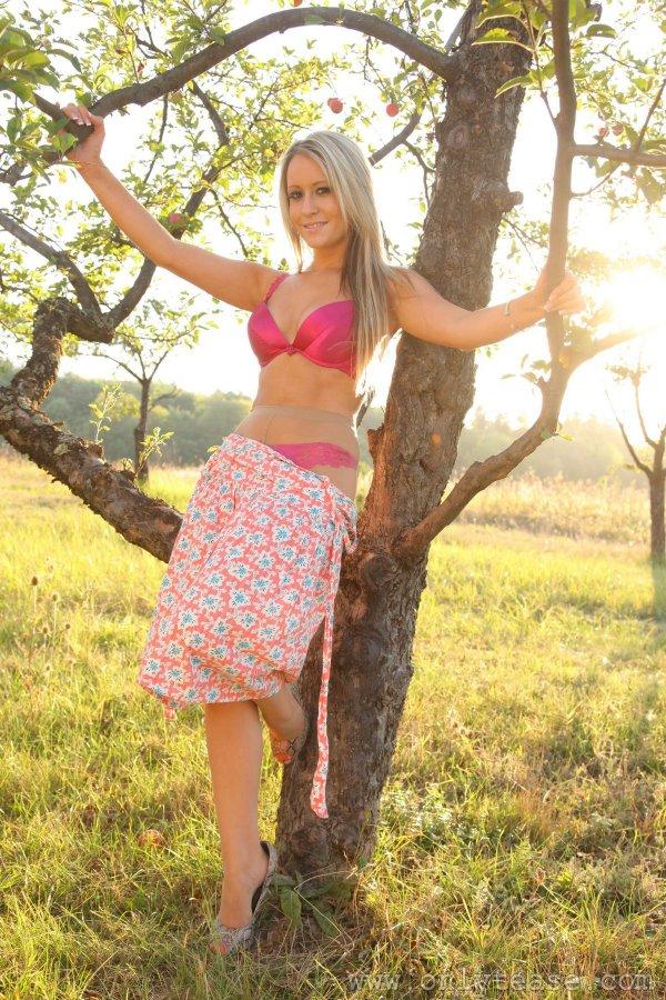 Блондинка в розовом белье и колготках разделась под деревом