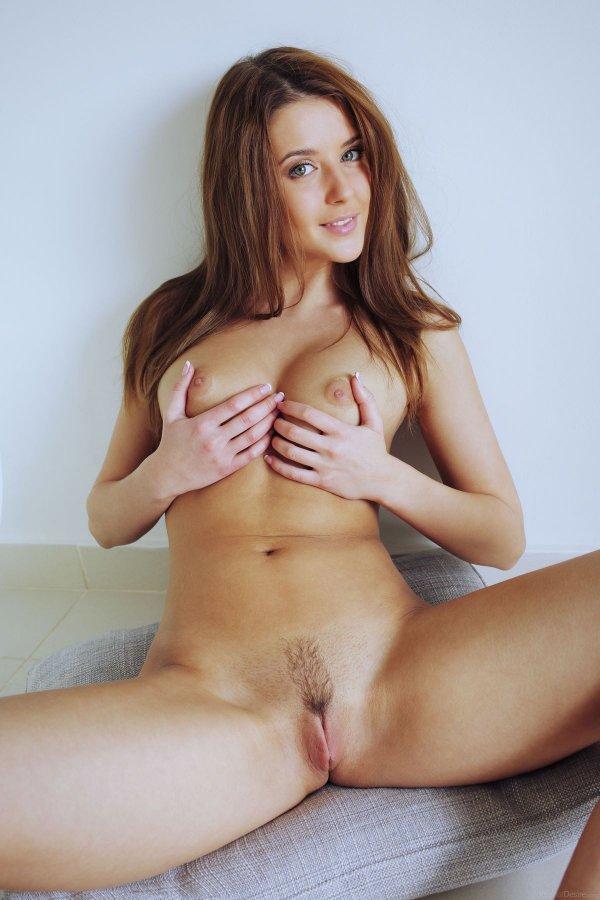 Чувственная эротика красивой голой шатенки