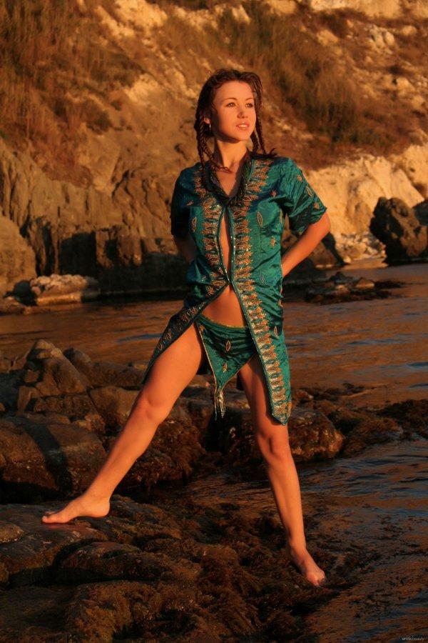 Девушка в шелковом восточном халате на берегу моря