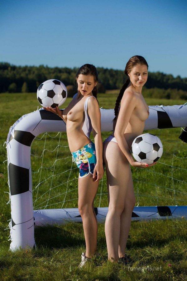 Две голые футболистки