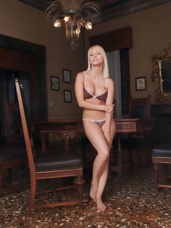 Фото голой загорелой блондинки на столе