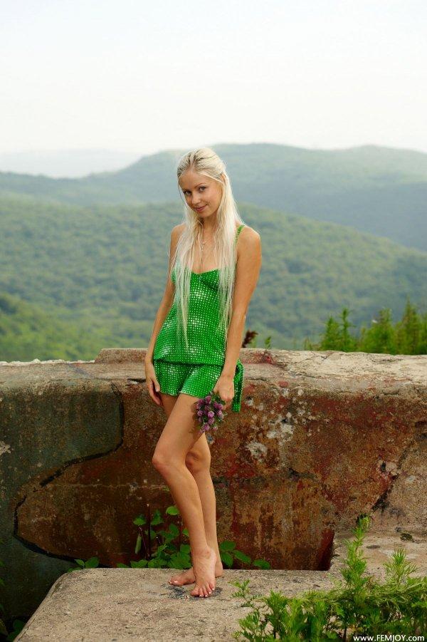 Фото молодой блондинки в коротком зеленом платье