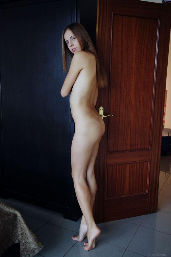 Изящная шатенка с маленькой грудью голая в спальне