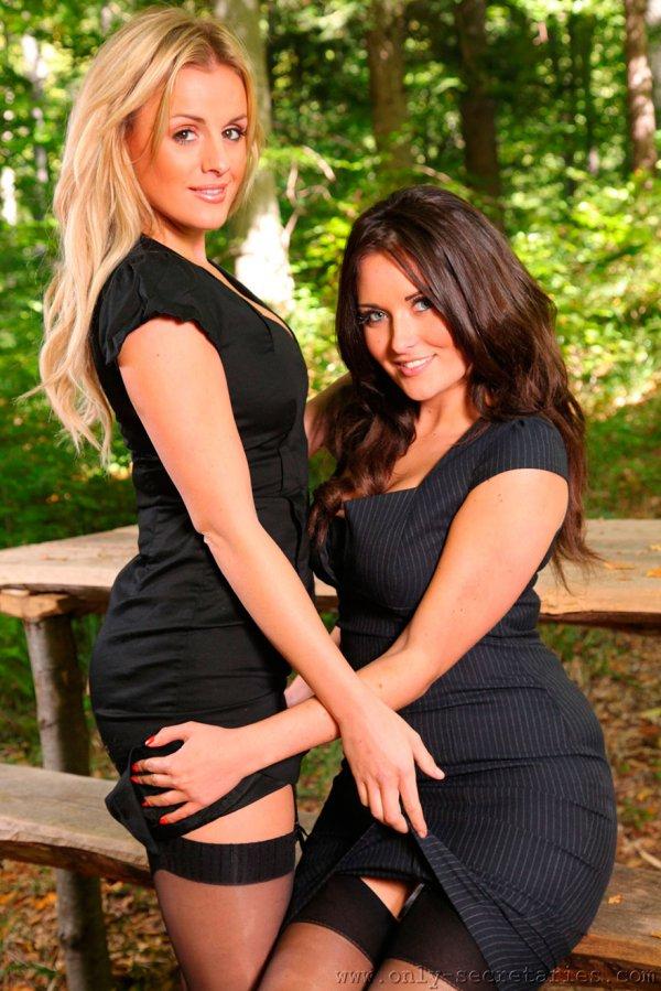 Красивая эротика двух девушек в чулках