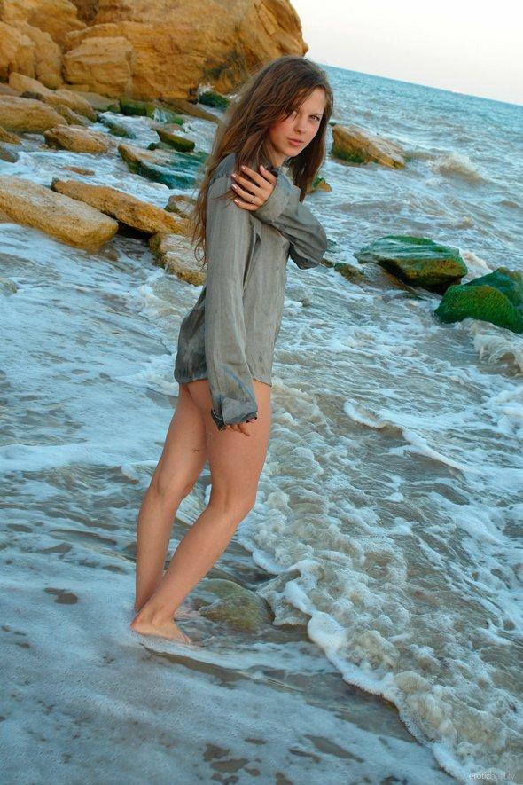 Красивая эротика хрупкой девушки на море