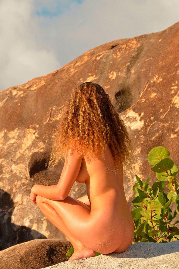 Красивые фото рыжей женщины на песке