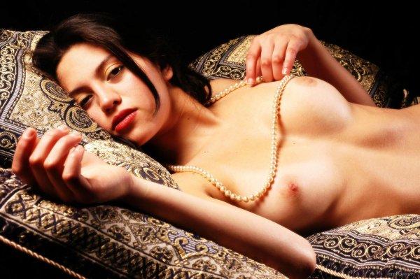 Легкая эротика брюнетки с жемчугом на шее