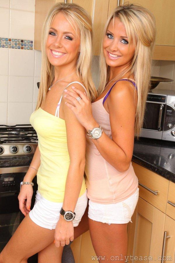 Легкая эротика - две блондинки на кухне