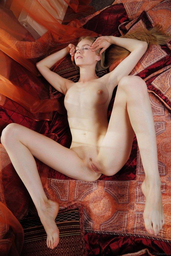 Откровенная эротика белокожей блондинки