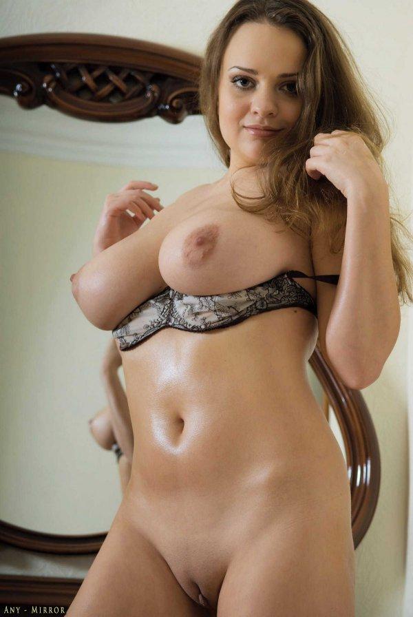 Пышная шатенка - голая женщина с большой грудью