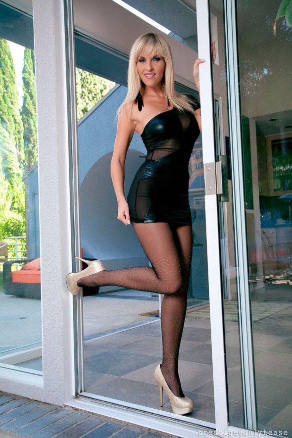 Сексуальная блондинка с классной попой в колготках