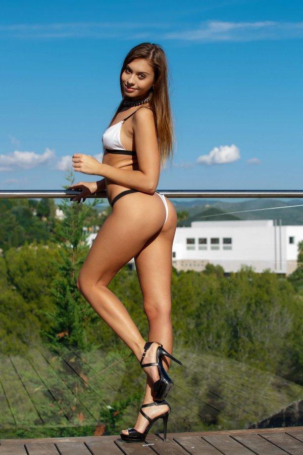 Сексуальная голая девушка на крыше