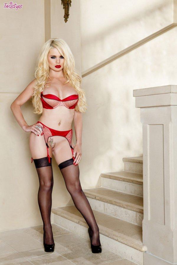 Супер-сексуальная блондинка в чулках и красном белье